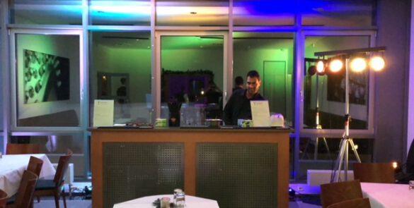 Barkeeper in einer mobilen Cocktailbar