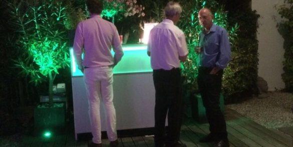 Menschen vor einer dekorierten Cocktailbar